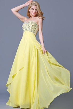 Scegliere un vestito bianco elegante e poi lucidare l intero look con  accessori appariscenti farà sì che non si debba sudare per adattarsi  all occasione ... e90ec18d655