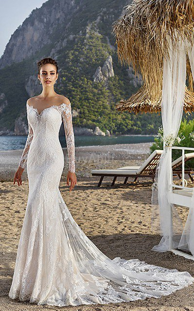 1abde64d87d1 La prossima cosa che dovresti scegliere per i vestiti firmati online è il  colore. Il bianco e nero sono i due colori classici per gli eventi di  ritorno a ...