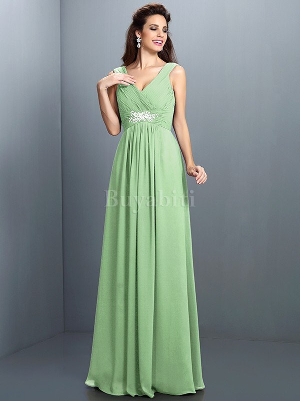 Il design monospalla alla moda si fonde perfettamente con il perline sul  panneggio laterale e sui fianchi. e2e07e2fc85